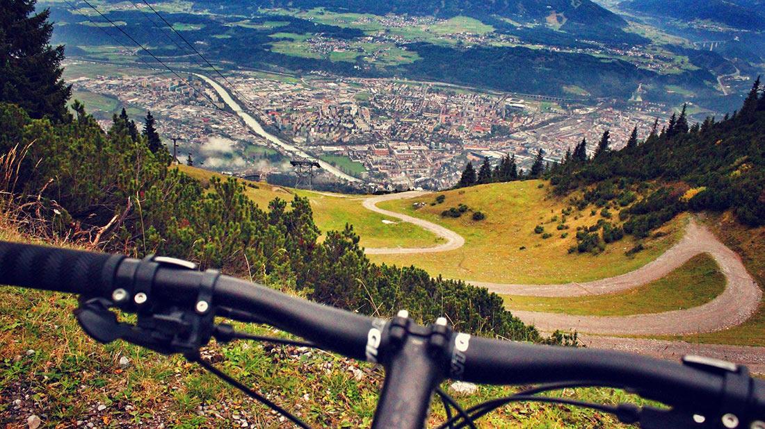 Вид на Инсбрук с седла горного велосипеда