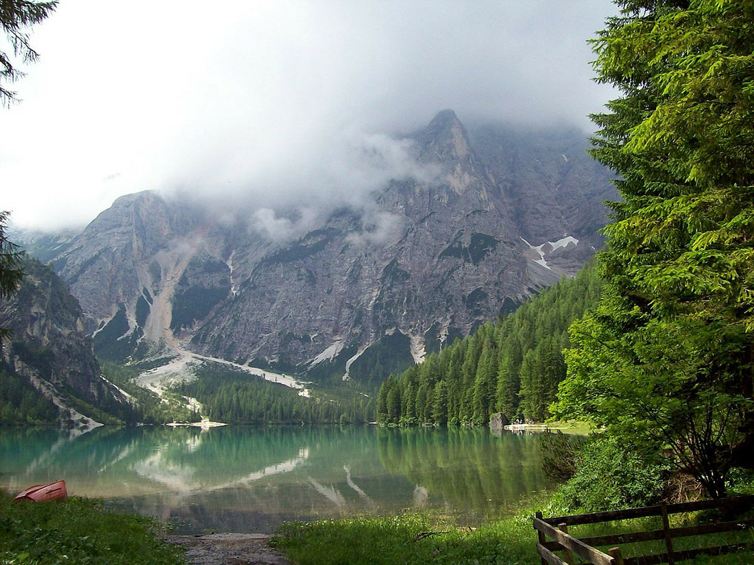 Panoramic view of the mountains from the lake shore